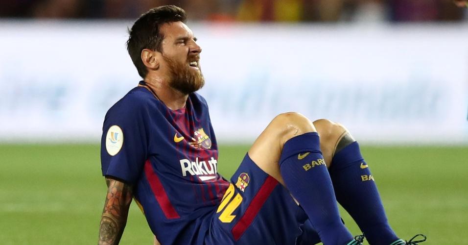 Messi senta no gramado durante clássico do Barça contra o Real