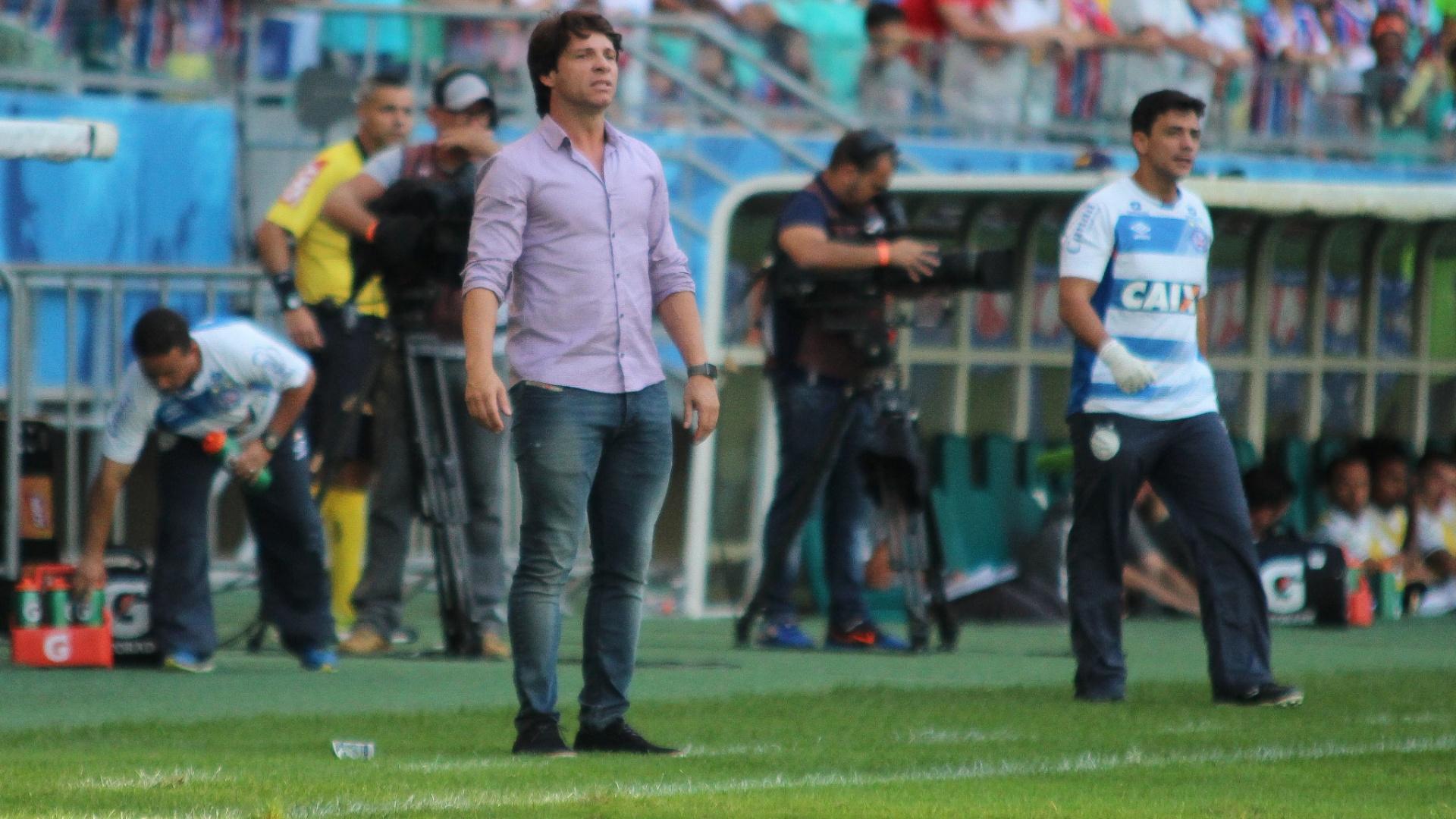 Preto Casagrande, técnico do Bahia, observa o time durante jogo contra o Vasco