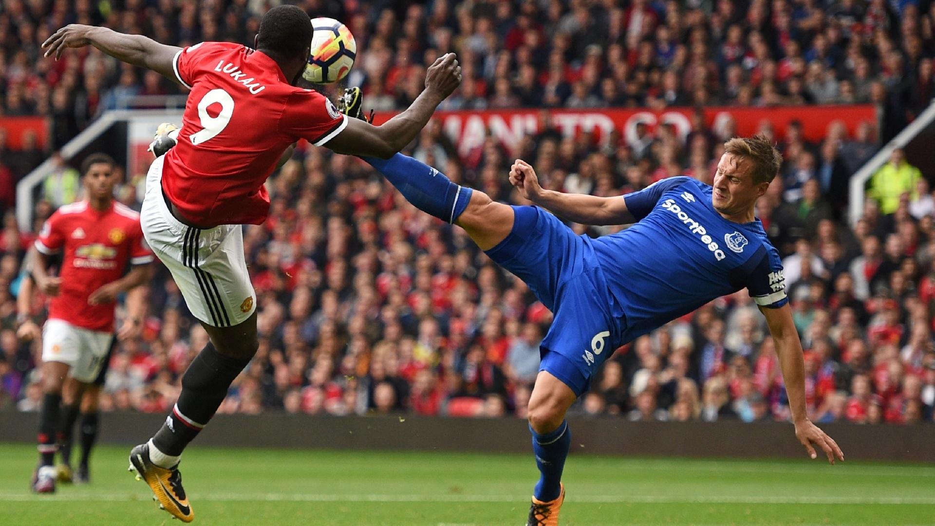 Lukaku, do Manchester United, disputa bola com Jagielka, do Everton