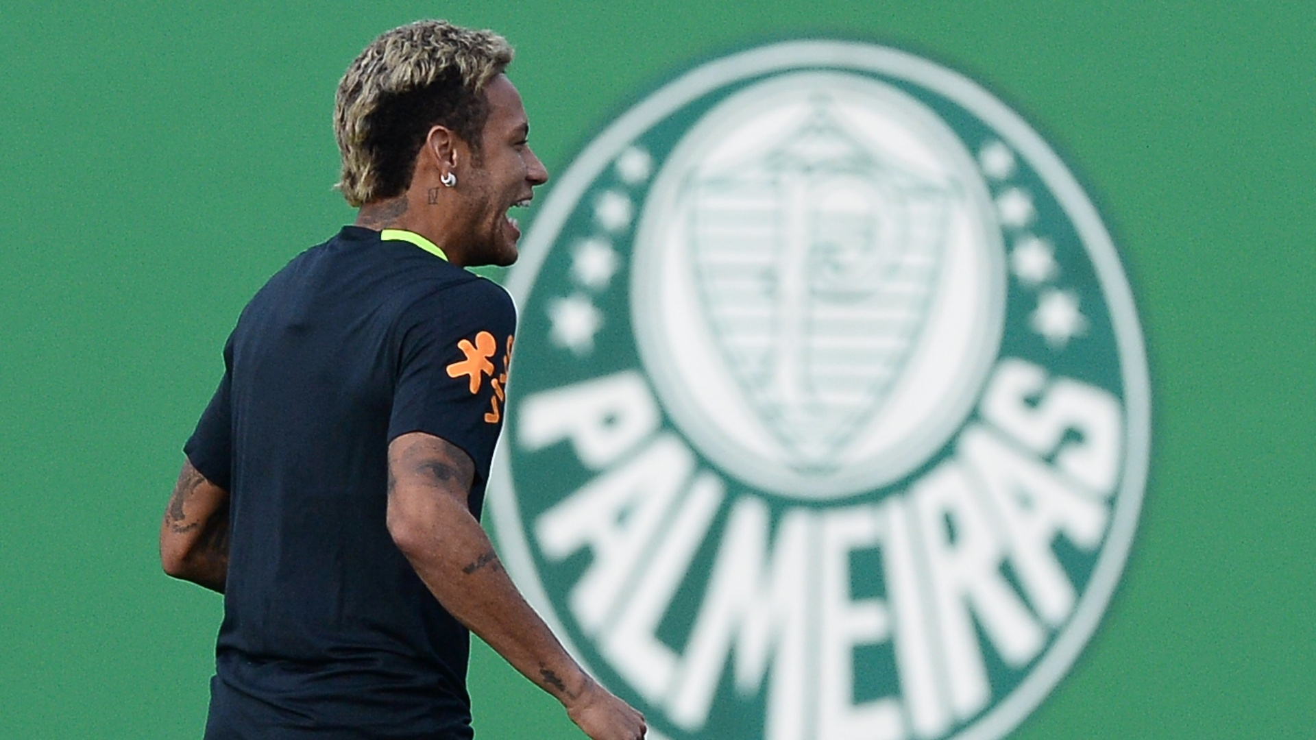 Neymar treina com a seleção brasileira no CT do Palmeiras