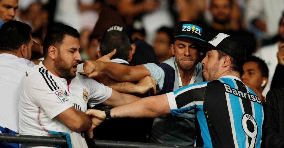 Confusão entre torcedores de Grêmio e Real Madrid no estádio antes de a bola rolar