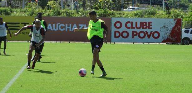 Gabriel Silva participa de treinamento com o time principal do Internacional