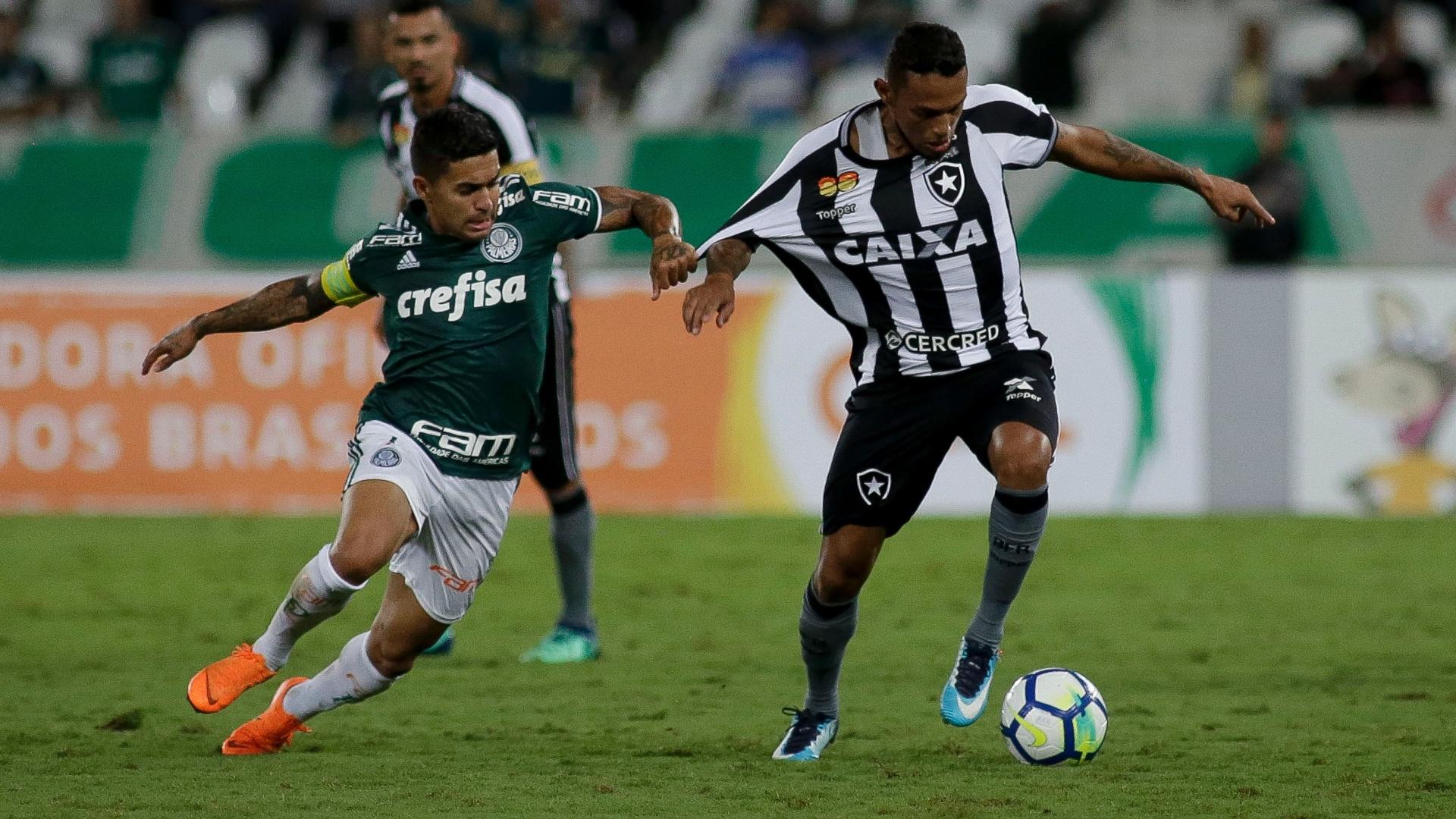 Gilson é marcado por Dudu na partida entre Botafogo e Palmeiras, pelo Brasileirão