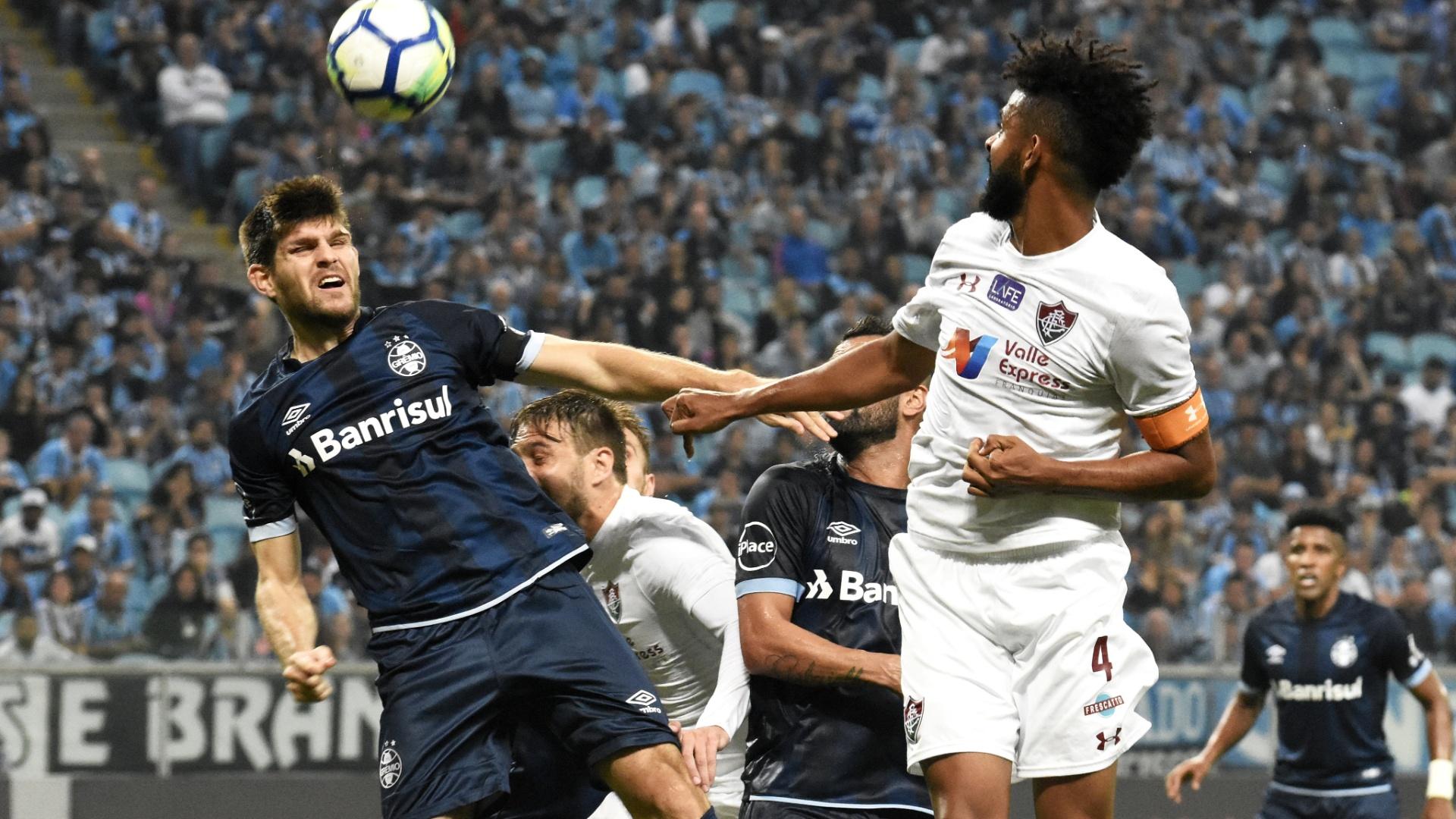 O zagueiro Kannemann afasta a bola na partida entre Grêmio e Fluminense