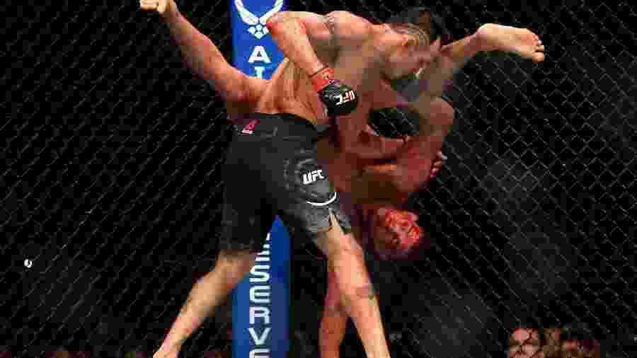 Tony Ferguson derruba Anthony Pettis na luta dos dois pelo UFC 229 - Harry How/Getty Images