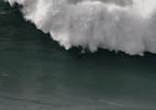 Brasileiro leva vaca incrível ao surfar onda gigante em Portugal; veja - Youtube/Pedro Miranda