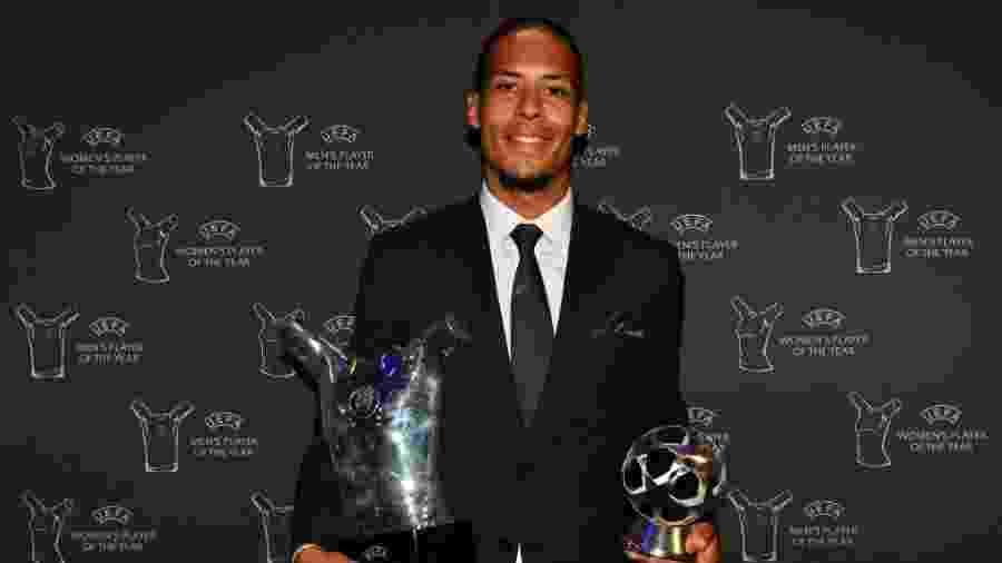 Van Dijk posa com prêmios que levou da Uefa - Harold Cunningham/Uefa/Getty Images