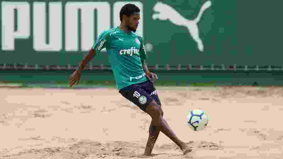 Luiz Adriano treina na caixa de areia durante atividade na Academia de Futebol do Palmeiras - Cesar Greco/Palmeiras