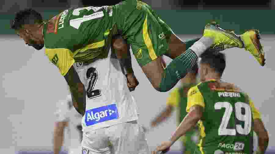 Juan Lucero, do Defensa y Justicia tromba com o zagueiro Luis Felipe, do Santos, pela Libertadores - JUAN MABROMATA / AFP