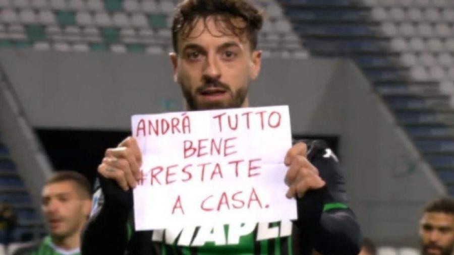 Francesco Caputo, do Sassuolo (Itália), comemora gol pedindo para torcedores ficarem em casa devido ao coronavírus - Reprodução