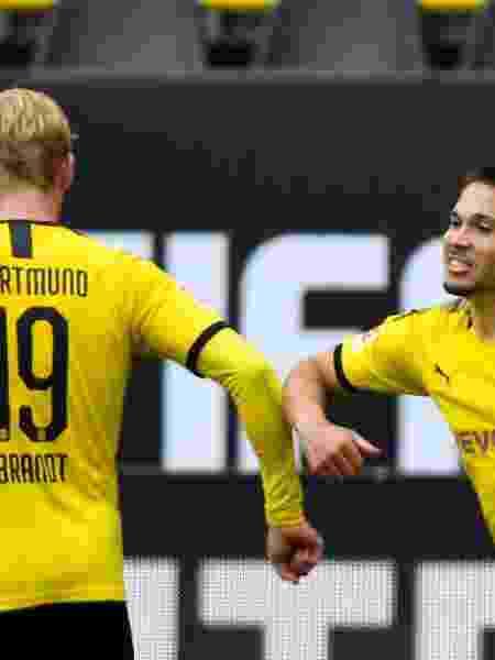 Raphael Guerreiro, do Borussia Dortmund, comemora gol com Julian Brandt - Martin Meissner/Pool via Getty Images