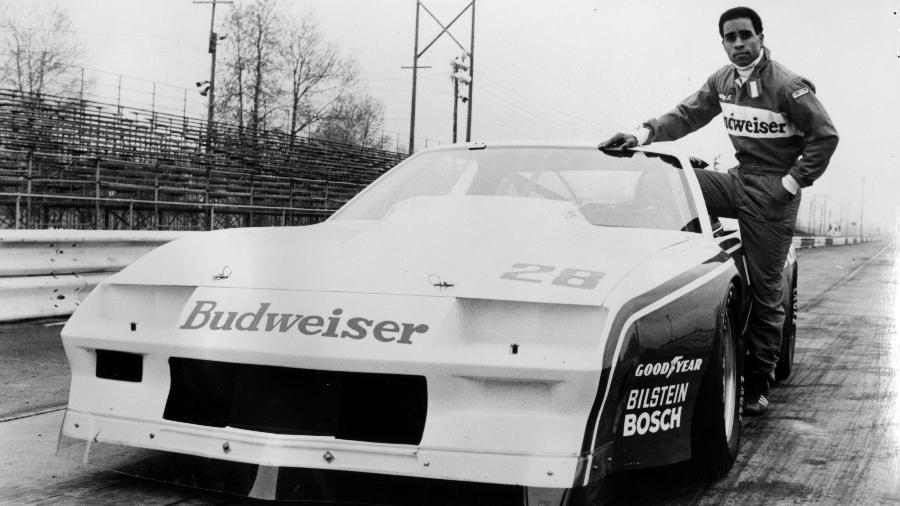 Willy T. Ribbs, membro da equipe Budweiser Trans Am, ao lado de seu carro de corrida, em 1980 - Afro Newspaper/Gado/Getty Images