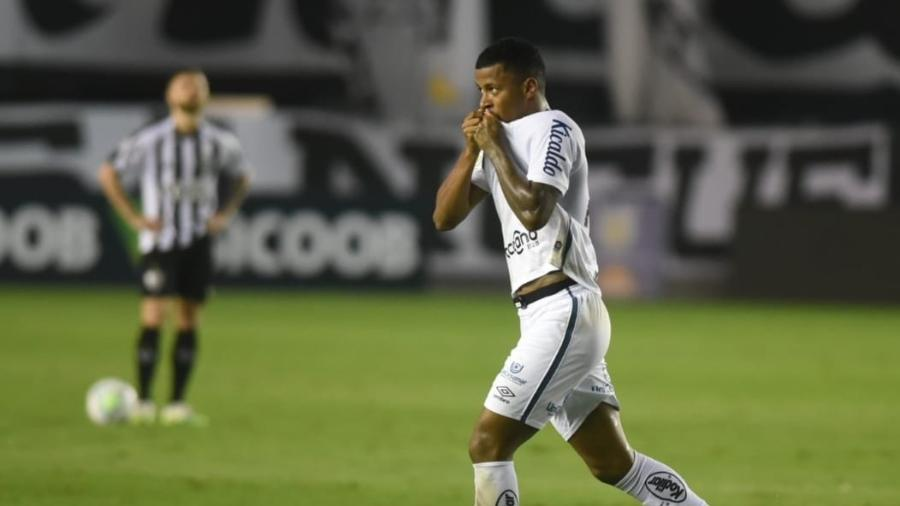 Arthur Gomes comemora gol marcado pelo Santos contra o Atlético-MG em jogo do Brasileirão - Divulgação/Santos FC