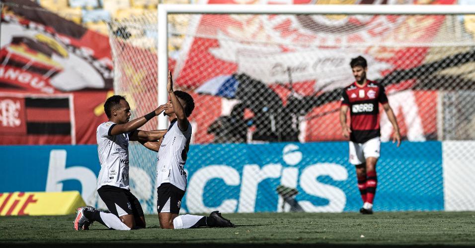 Jogadores do Ceará comemoram ajoelhados após gol sobre o Flamengo