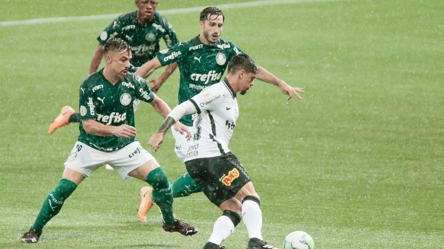 Fagner encara a marcação rival durante Palmeiras x Corinthians pelo Brasileirão - Marcello Zambrana/AGIF