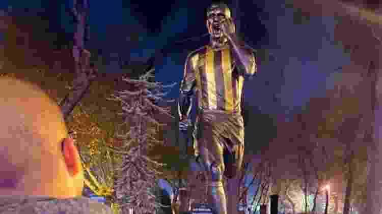 Alex foi homenageado pelo Fenerbahçe com uma estátua localizada em frente ao estádio do clube, em Istambul - Arquivo pessoal - Arquivo pessoal