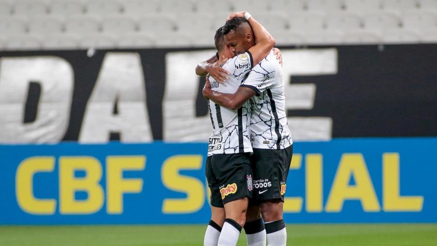 Giuliano e Jô comemoram o gol do meia no empate com o América-MG - Rodrigo Coca/Agência Corinthians