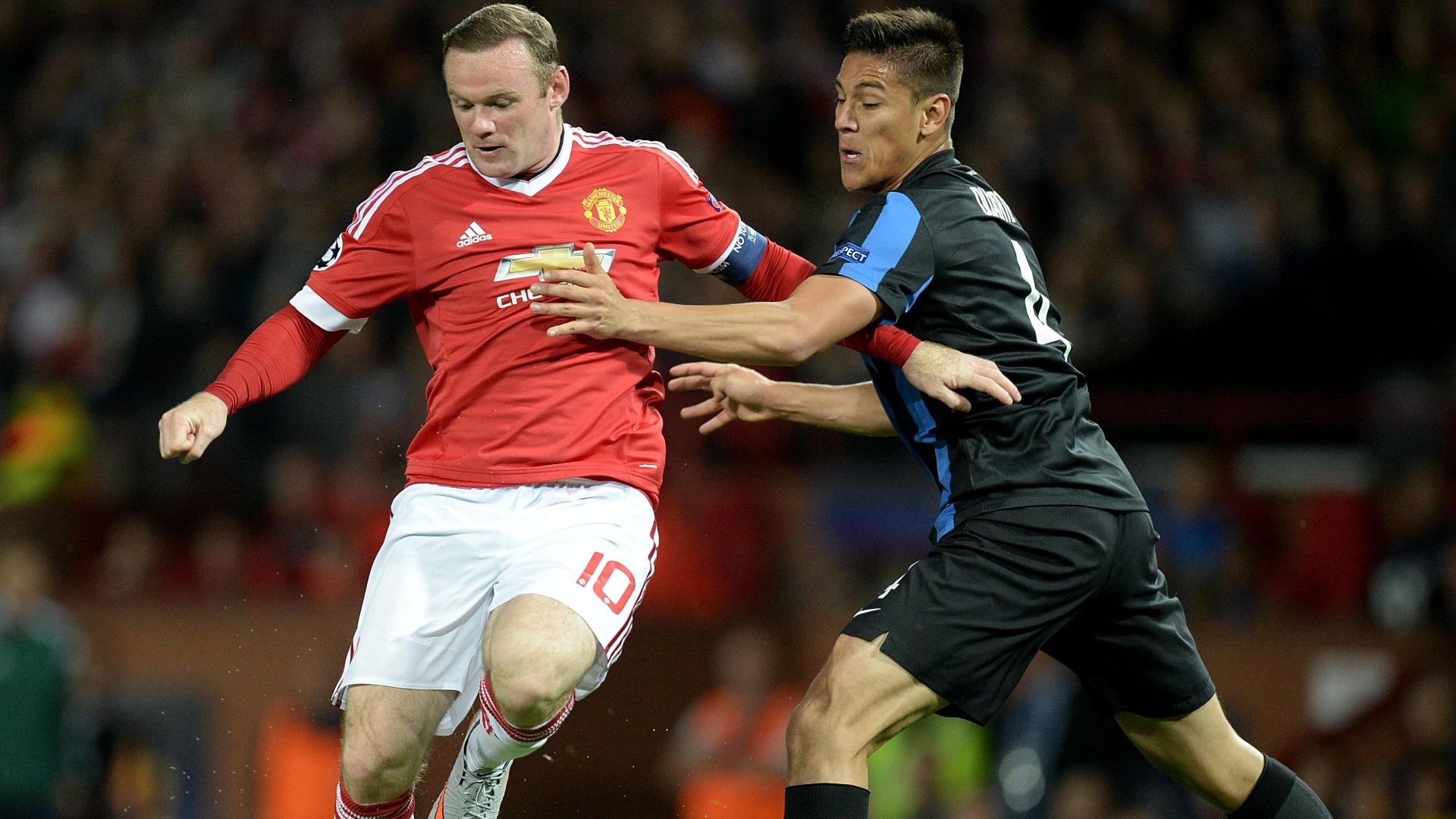 Rooney disputa bola com Oscar Duarte
