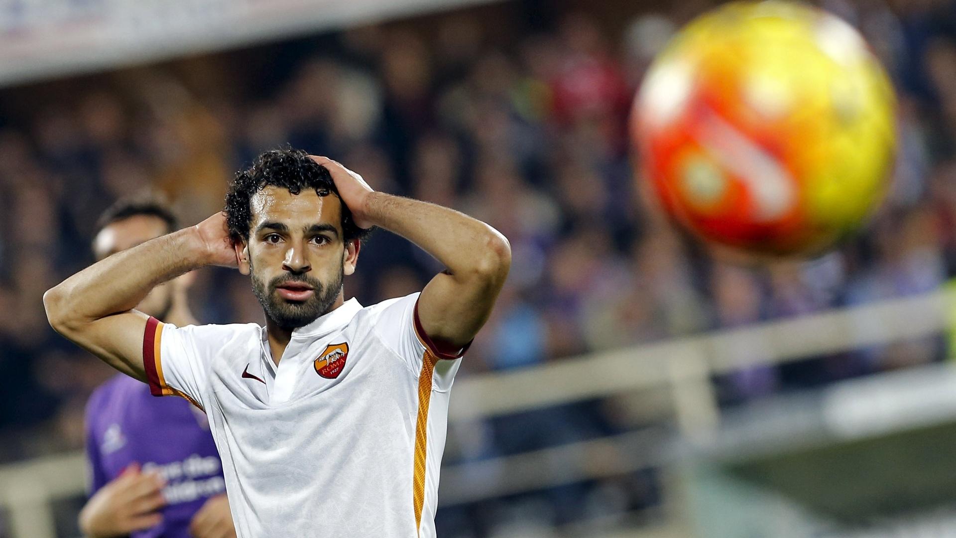 Mohamed Salah, da Roma, lamenta oportunidade perdida na vitória da sua equipe sobre a Fiorentina, pelo Campeonato Italiano