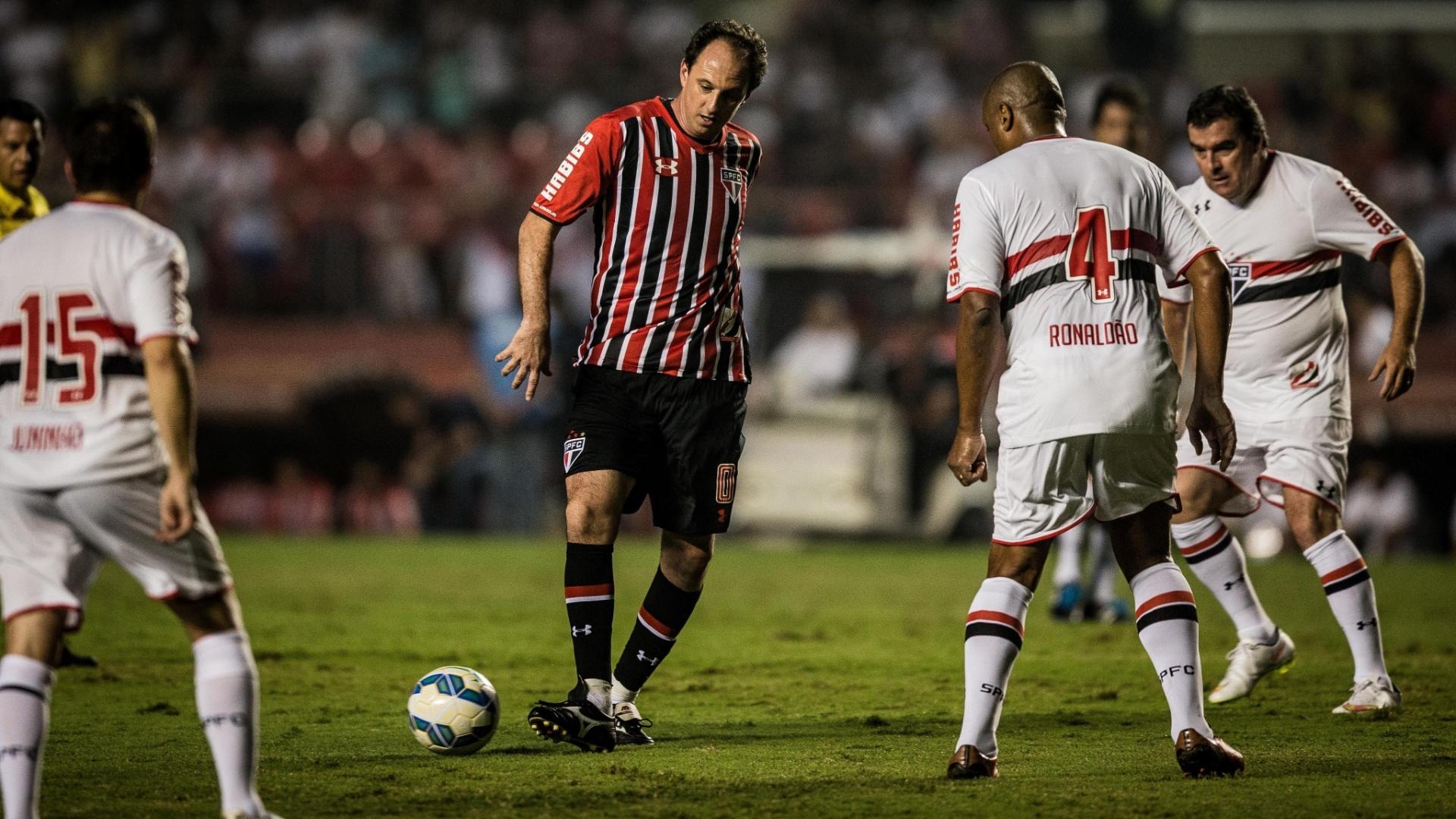 Ainda no primeiro tempo, Rogério Ceni saiu do gol e foi para a linha. Na foto, é marcado por Ronaldão