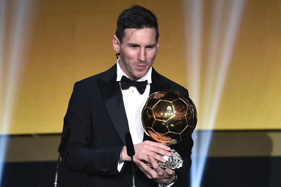 Messi posa com a Bola de Ouro. Argentino levou o prêmio pela quinta vez na carreira