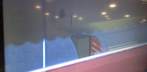 Vidro de camarote de Eurico em Edson Passos quebra após bolada de Jean