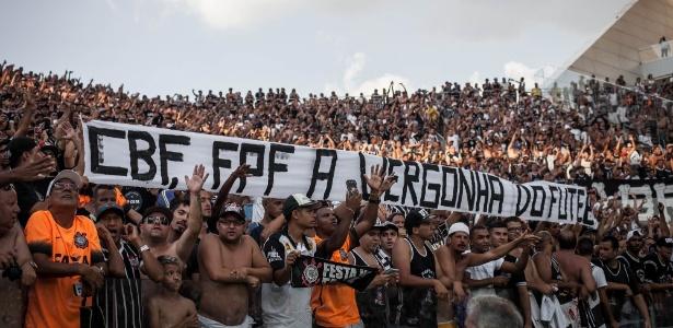 Criticada em uma das faixas, FPF disse que clássico não deveria ter sido paralisado - Ricardo Nogueira/Folhapress
