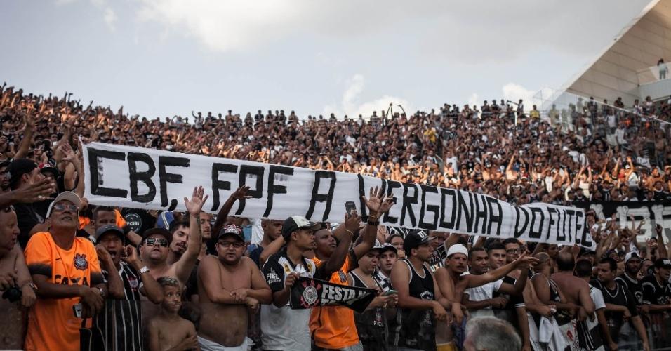Torcedores do Corinthians levam faixas de protesto contra Globo, CBF, FPF e Gerald Alckmin e são repreendidos pela Polícia Militar