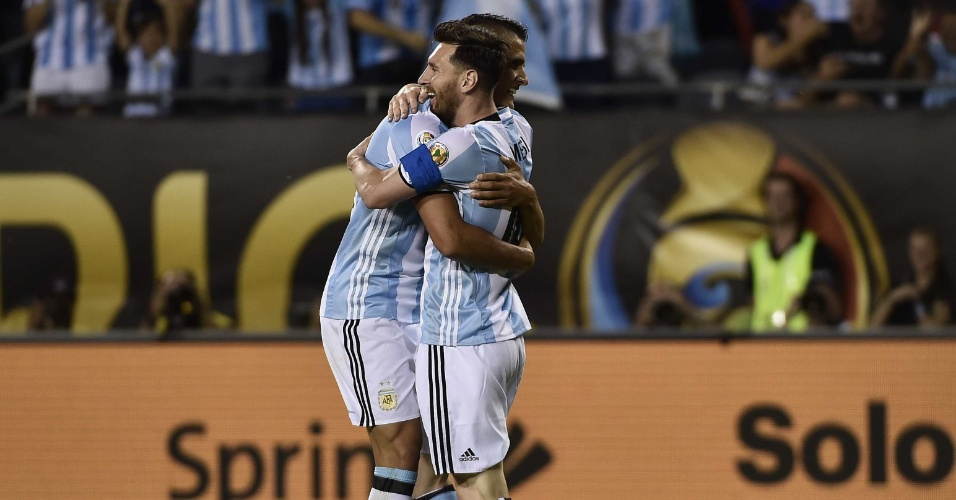 Messi abraça Lamela depois de balançar as redes para a Argentina sobre o Panamá