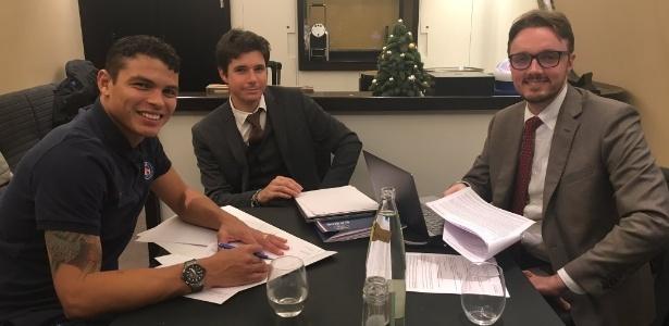 Thiago Silva assina seu novo contrato com o PSG. Ele ficará no clube francês até 2020