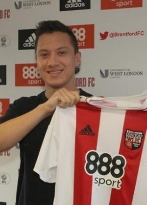 Henrik Johansson com a camisa do Brentford, da Inglaterra