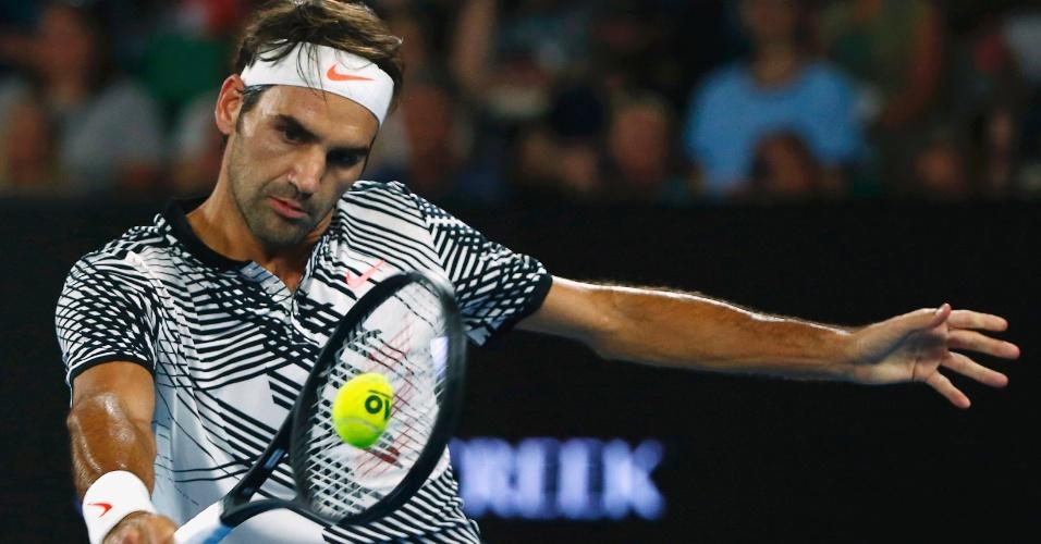Federer usa um uniforme branco com listras negras, lembrando uma zebra