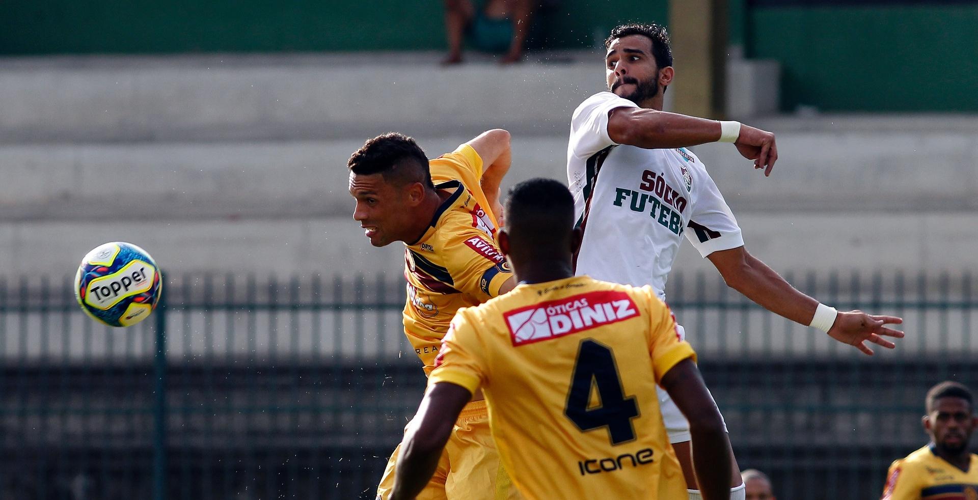 Jogadores de Fluminense e Madureira disputam bola pela semifinal da Taça Guanabara