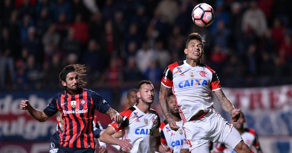 Paolo Guerrero afasta bola durante a partida entre Flamengo e San Lorenzo