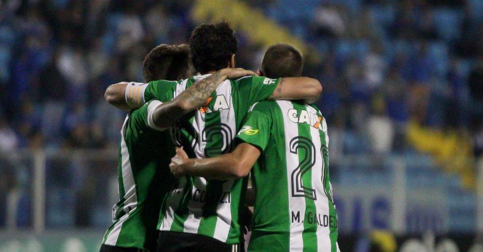 Jogadores do Coritiba comemoram gol marcado contra o Avaí