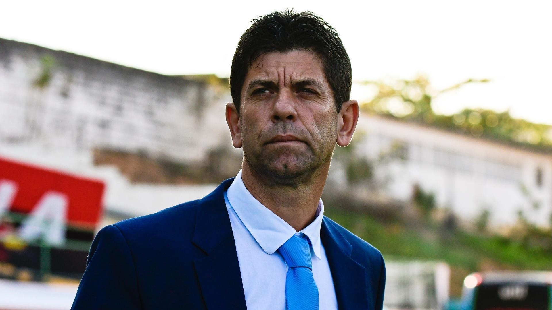 Fabiano Soares, técnico do Atlético-PR, acompanha jogo contra o Flamengo