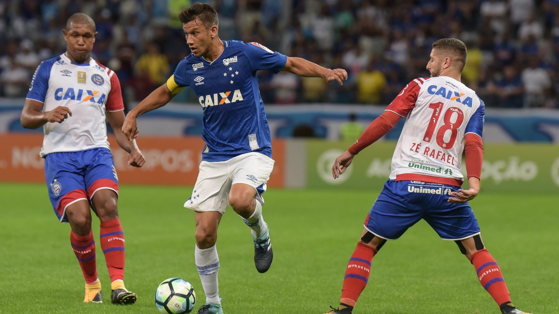 Henrique conduz a bola em Cruzeiro x Bahia
