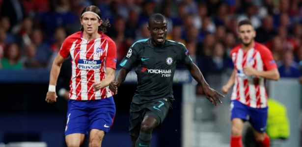 Filipe Luís tenta acompanhar Kanté, durante a partida entre Atlético de Madri e Chelsea