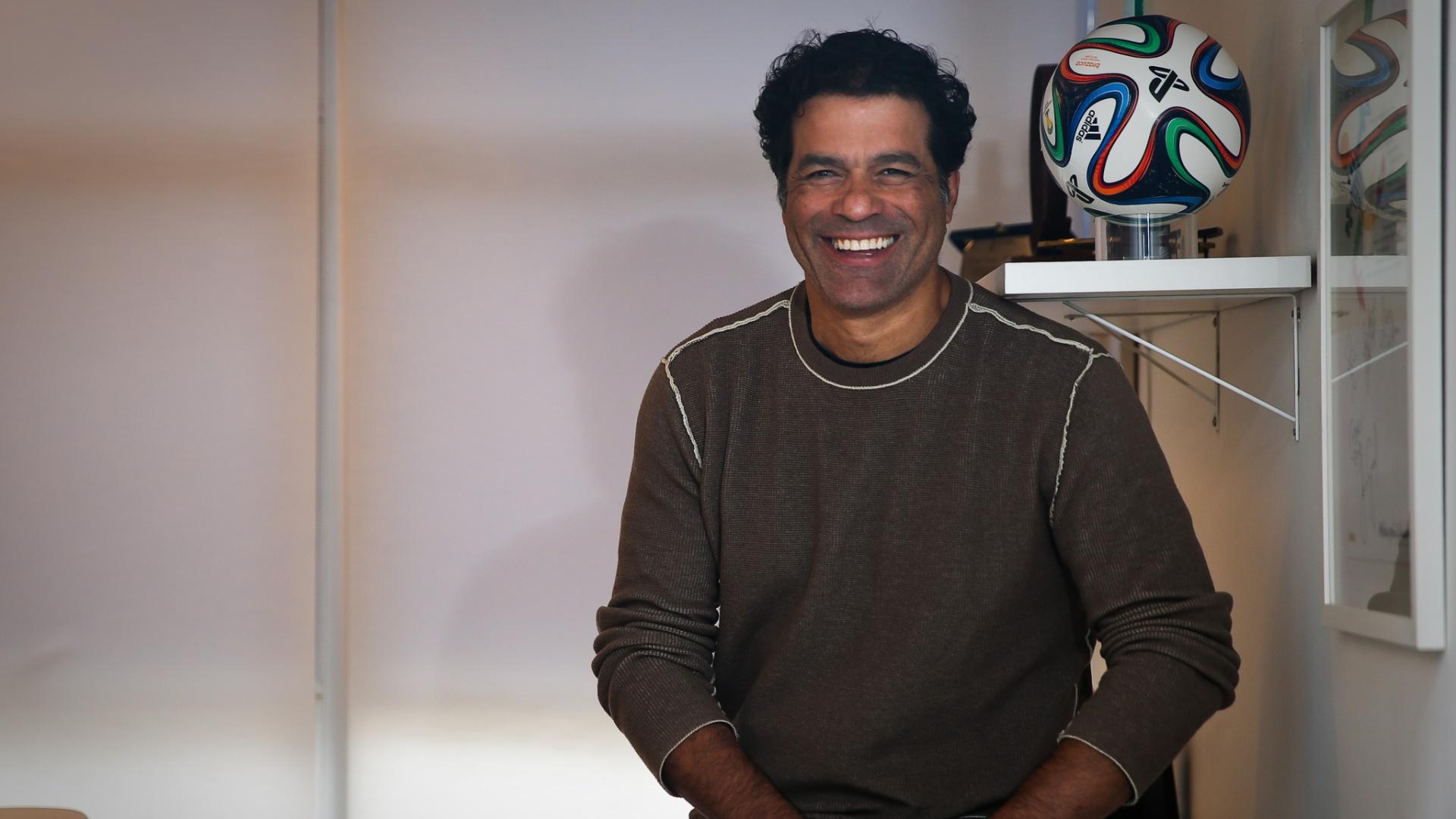 Raí, ex-jogador de futebol, sorri em entrevista à Folha de S. Paulo