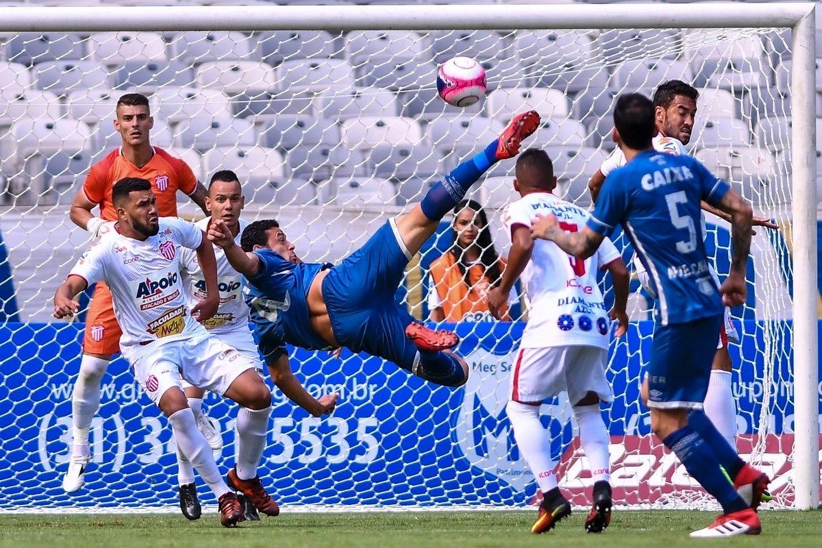 Fred tentou marcar gol de voleio, no duelo do Cruzeiro com o Villa Nova