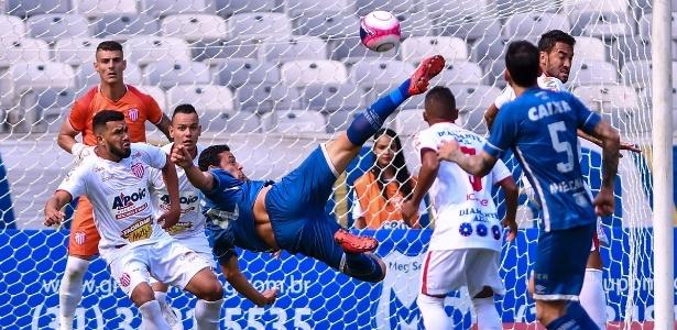 Fred em ação pelo Cruzeiro; centroavante motiva briga entre rivais na CBF