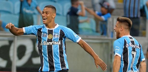 Thonny Anderson, do Grêmio, comemora seu gol com Ramiro durante partida contra o Novo Hamburgo na Arena do Grêmio pelo Campeonato Gaúcho 2018