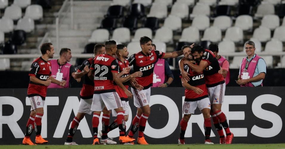 Jogadores do Flamengo comemoram o gol de Henrique Dourado contra o Flamengo