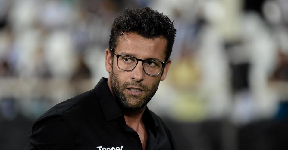 Alberto Valentim acompanha o jogo entre Vasco e Botafogo