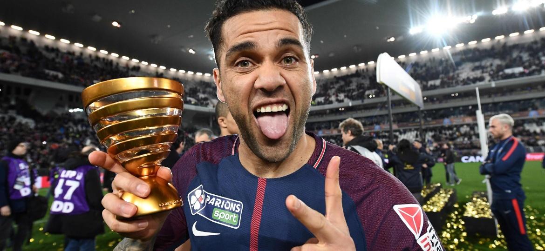 Daniel Alves comemora o título da Copa da Liga Francesa com o PSG - AFP PHOTO / FRANCK FIFE