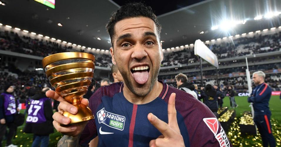 Daniel Alves comemora o título da Copa da Liga Francesa com o PSG