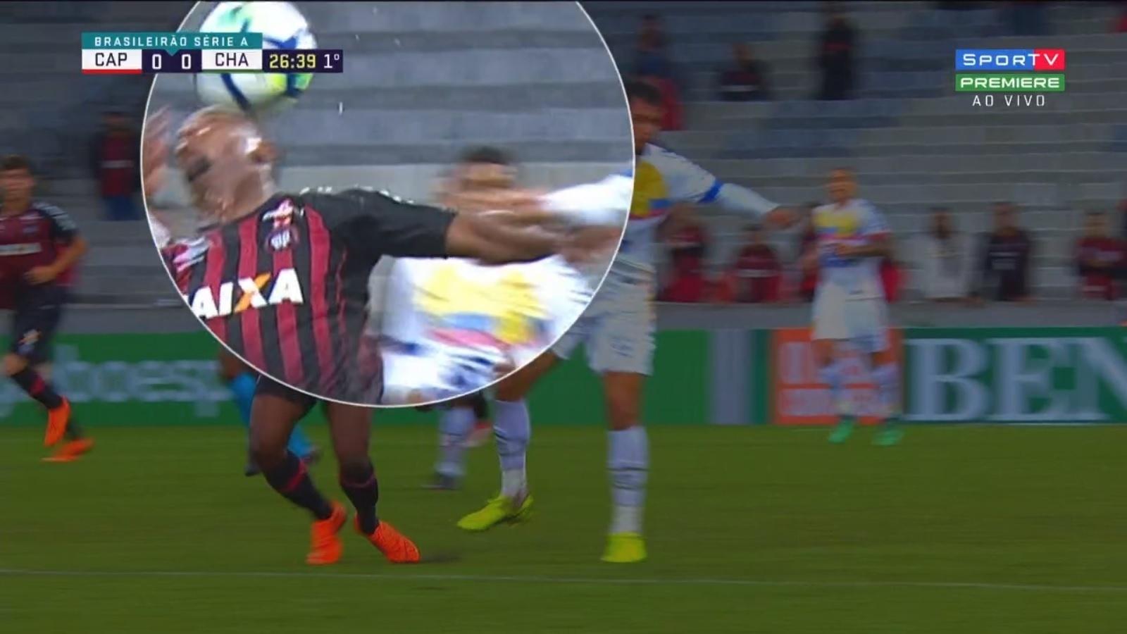 Ribamar perde dente após choque com Rafael Thyere, durante a partida entre Atlético-PR e Chapecoense