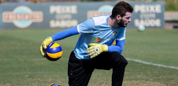 Goleiro Júlio César, do Fluminense, treina com bola de vôlei: trabalho para a altitude