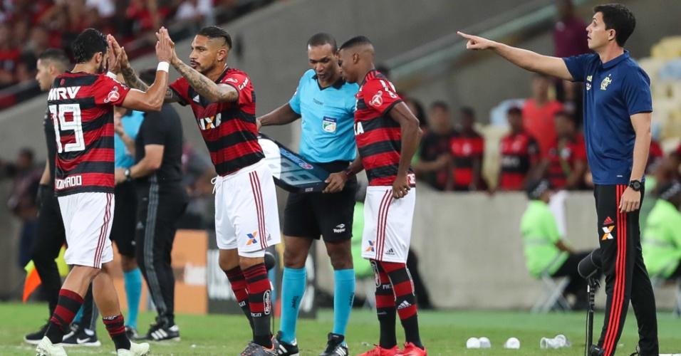 Paolo Guerrero entra no lugar de Henrique Dourado no empate com a Ponte Preta