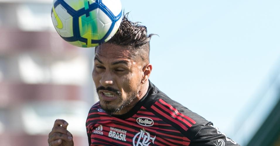 O atacante Guerrero em lance da partida entre Chapecoense e Flamengo